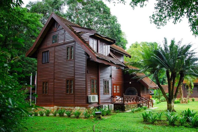 A large wooden bungalow in Mutiara Taman Negara Resort