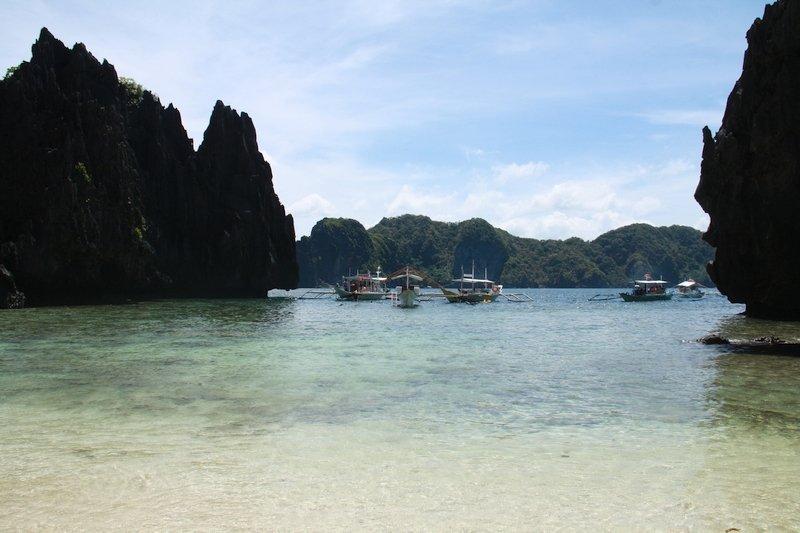 Boats approaching Miniloc Island
