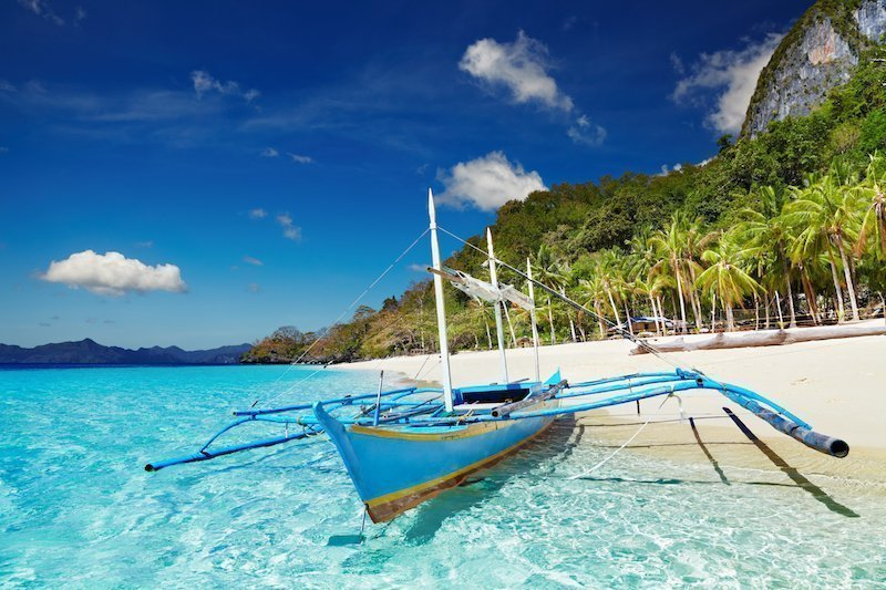 White sand and gorgeous blue water on El Nido's 7 Commandos Beach
