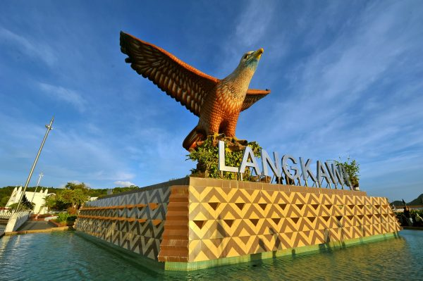 The statue of the square standing on the square is a popular landmark of Langkawi.