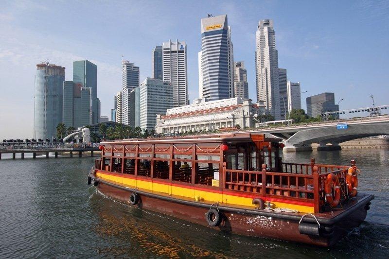 River cruise through Singapore city center