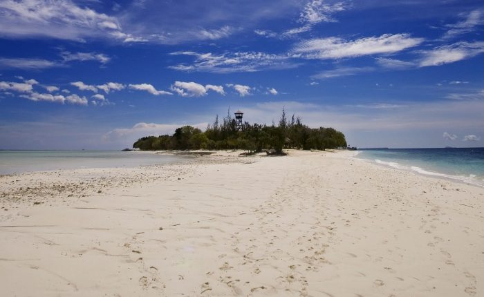Soft white sand beach in Mataking Island