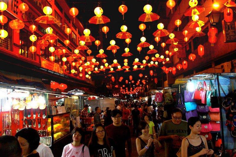 Kuala Lumpur 's Chinatown street market at Night